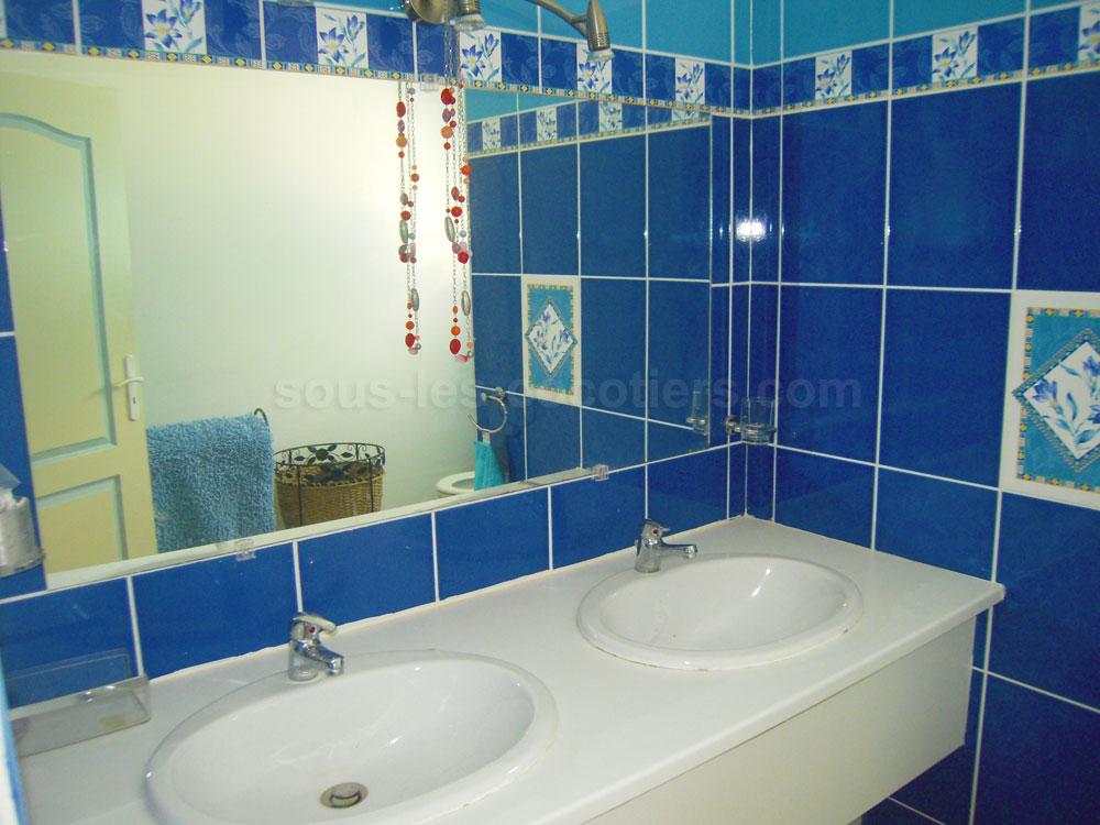 une salle de bain est equipee dune vasque avec des id es int ressantes pour la. Black Bedroom Furniture Sets. Home Design Ideas